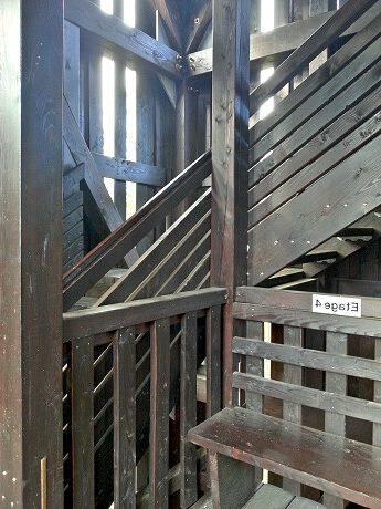 Der Aufstieg - in jeder der 9 Etagen gibt es eine Sitzbank...
