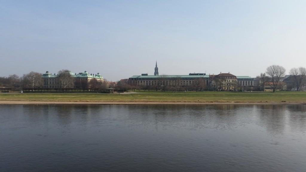 Blick zum Japanischen Palais und zum Hotel Bellevue