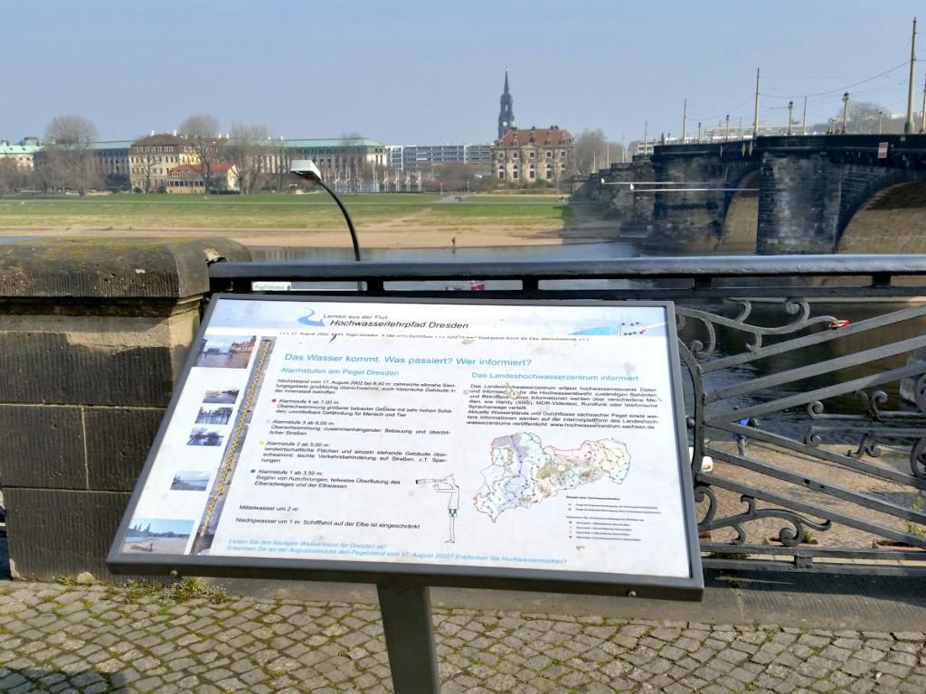Infotafel an der Augustusbrücke mit Blick zur Neustädter Seite