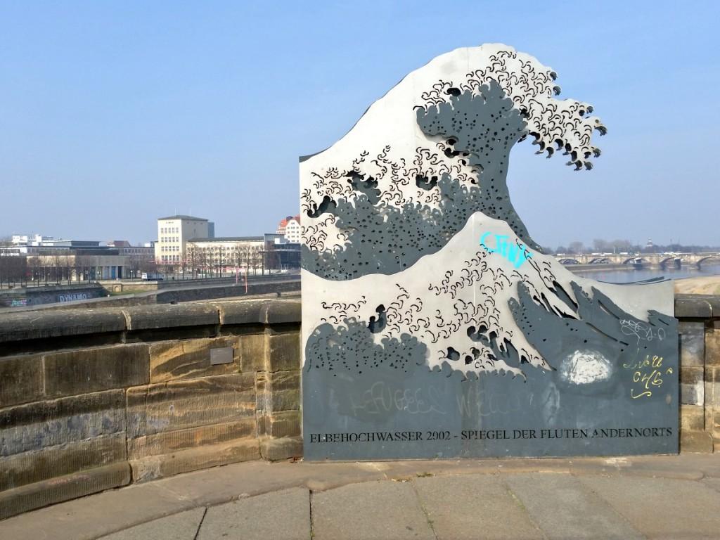 Erinnerung an die Flut 2002 auf der Augustusbrücke