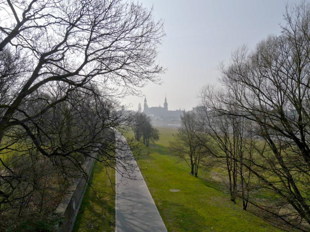 Blick über den Elberadweg am Beginn der Marienbrücke