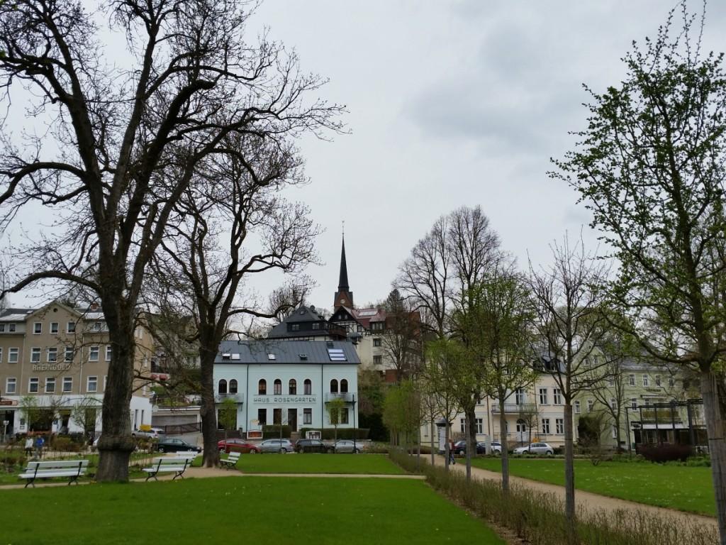 Blick zur Kirche vom Rosengarten