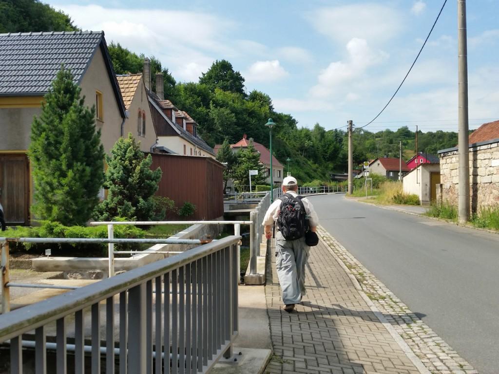 Los geht's entlang des Grundbachs in Gauernitz.