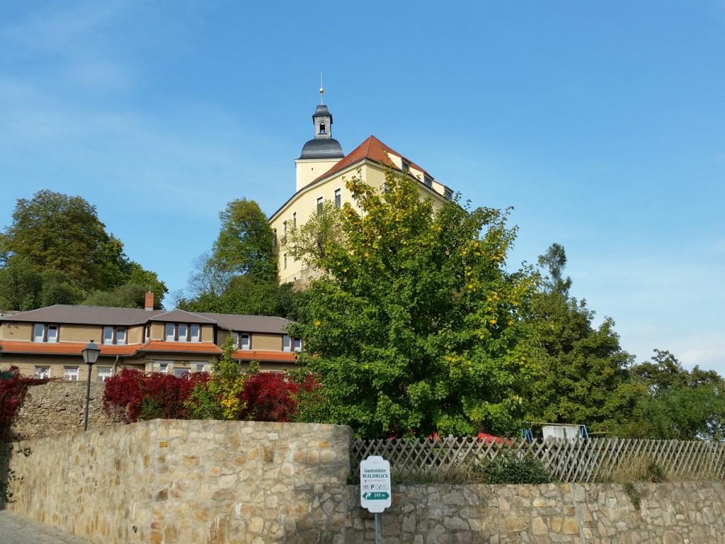 Blick zum Schloss Hirschstein vom Elbufer in Neuhirschstein