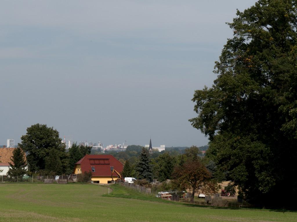 Blick zur Kirche und zum Chemiewerk in Nünchritz