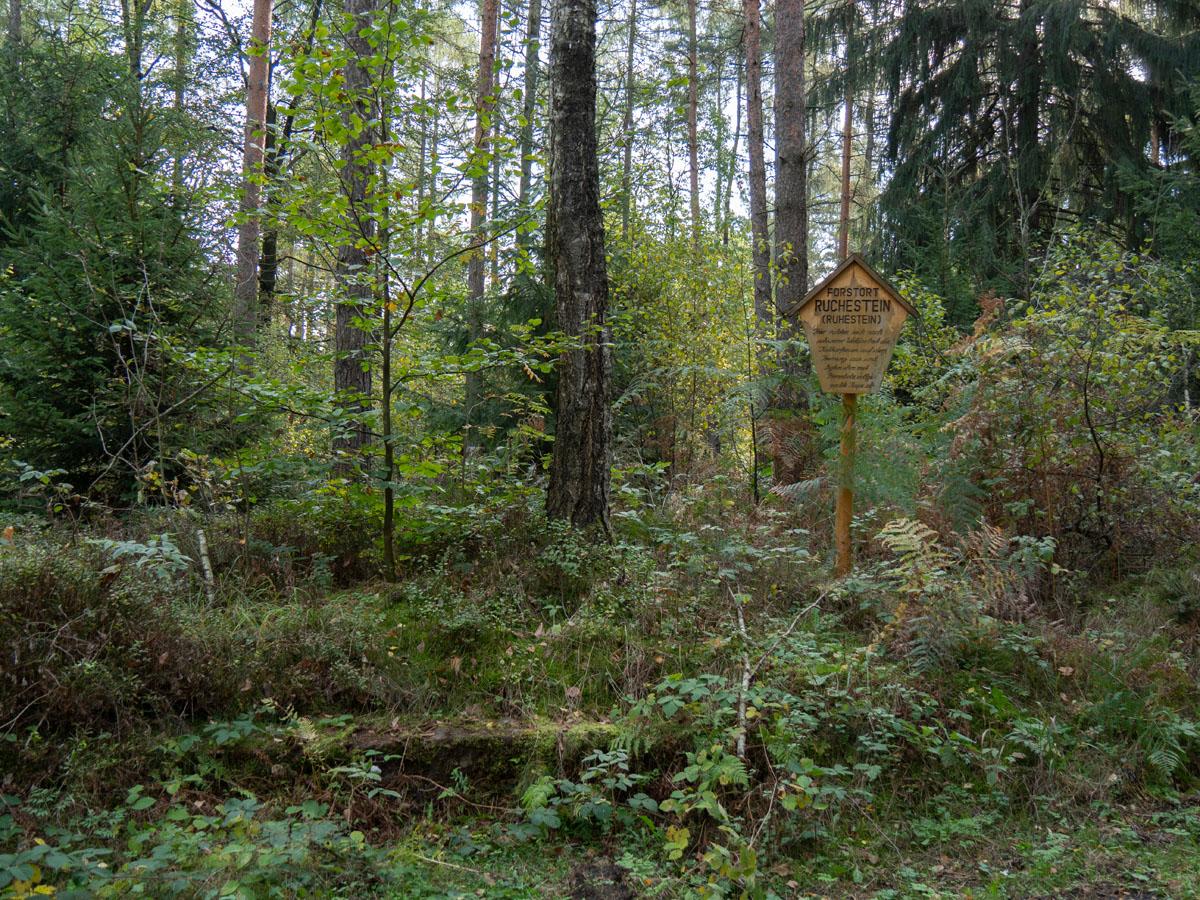 Forstort Ruchestein - Ruhestein der Waldarbeiterinnen nach schwerer Arbeit auf dem Heimweg