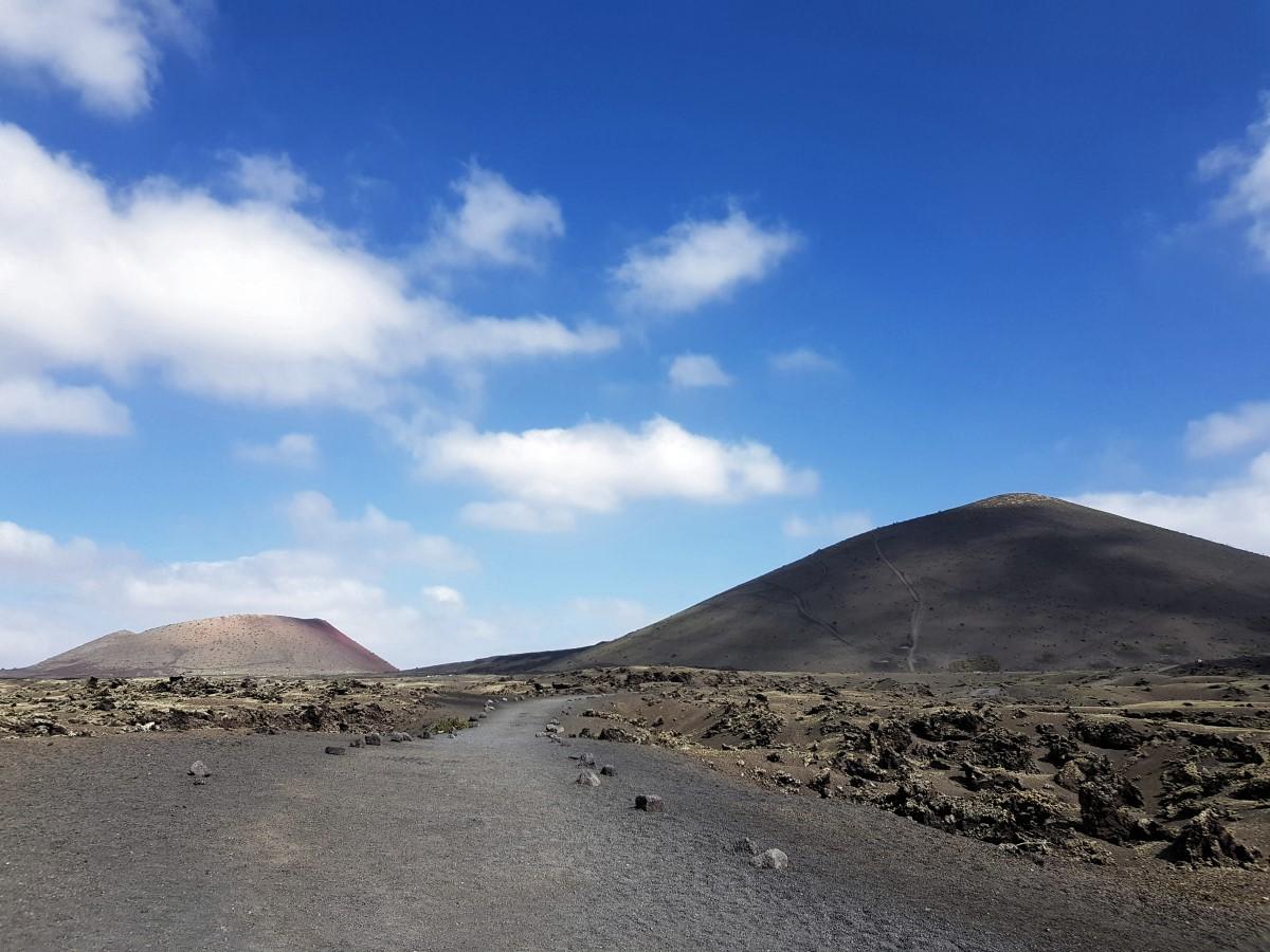 Auf dem Rückweg mit Blicken zur Caldera Colorada und zur Montaña Negra