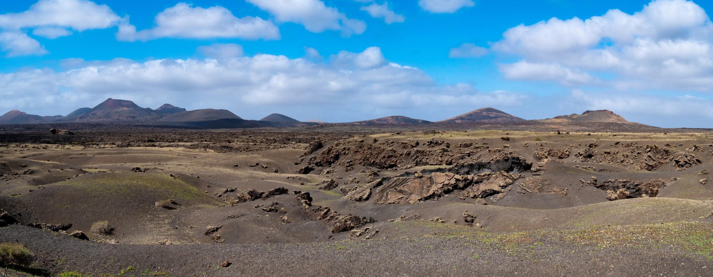 Blick über ein Lavafeld zu den Feuerbergen