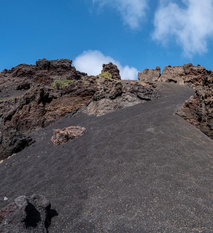 Ein Blick nach oben zum Kraterrand