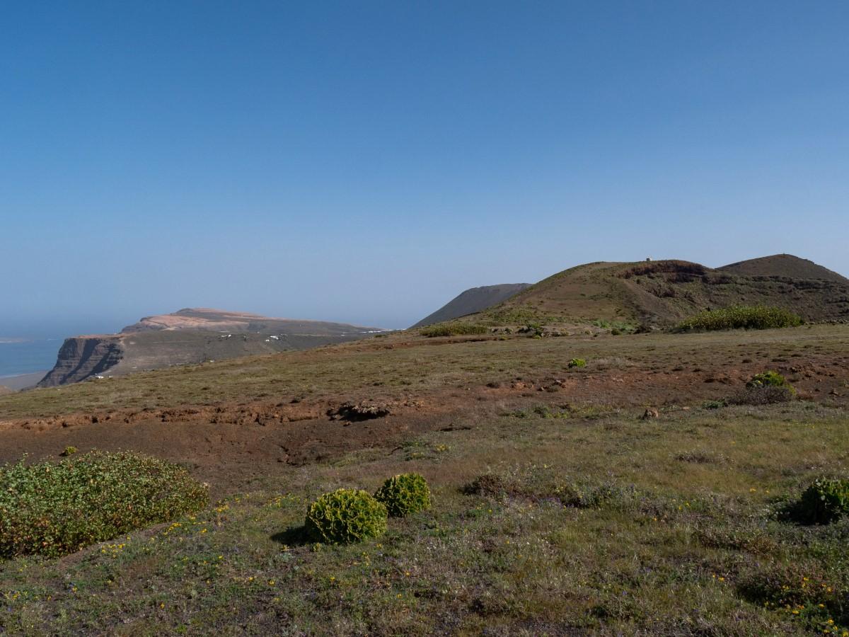 Los geht es mit Blicken zum Mirador del Río, der La Quemada und des Gipfels des Los Helechos, rechts im Hintergrund