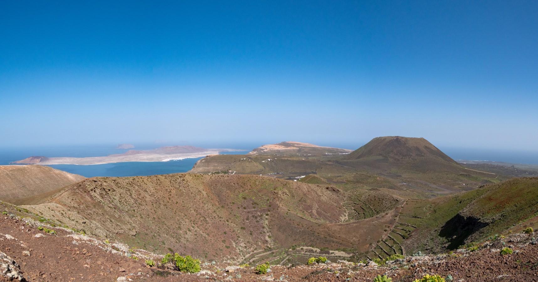 Blick vom Gipfel des Los Helechos über den Doppelkessel zur Insel La Graciosa, zum Mirador del Río und zur Monte Corona