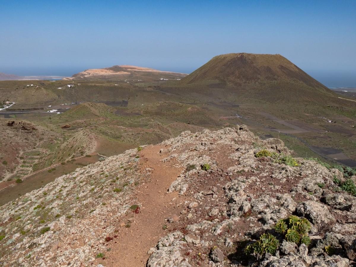 Mirador del Río und Monte Corona vom Abstiegsweg aus betrachtet