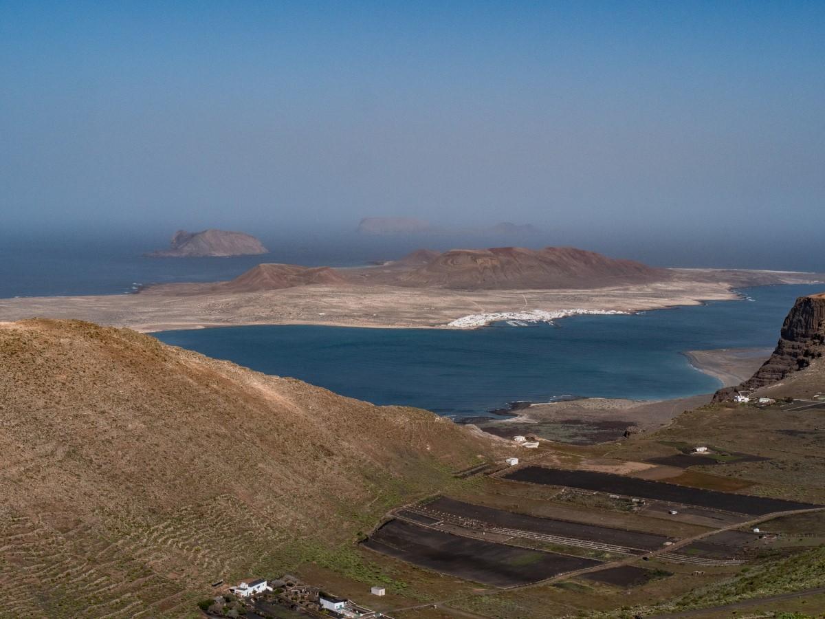Blick auf die Playa del Risco und zu den Salinen von El Río