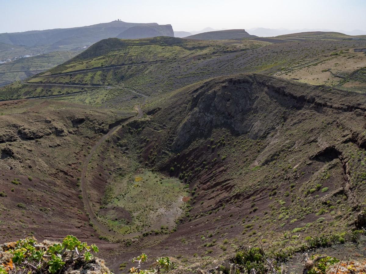 Am Kraterrand der La Quemada - Blick zum Aufstiegs-/Auffahrtsweg zur Hochebene Los Lomos de Gayo und zur Peñas del Chache