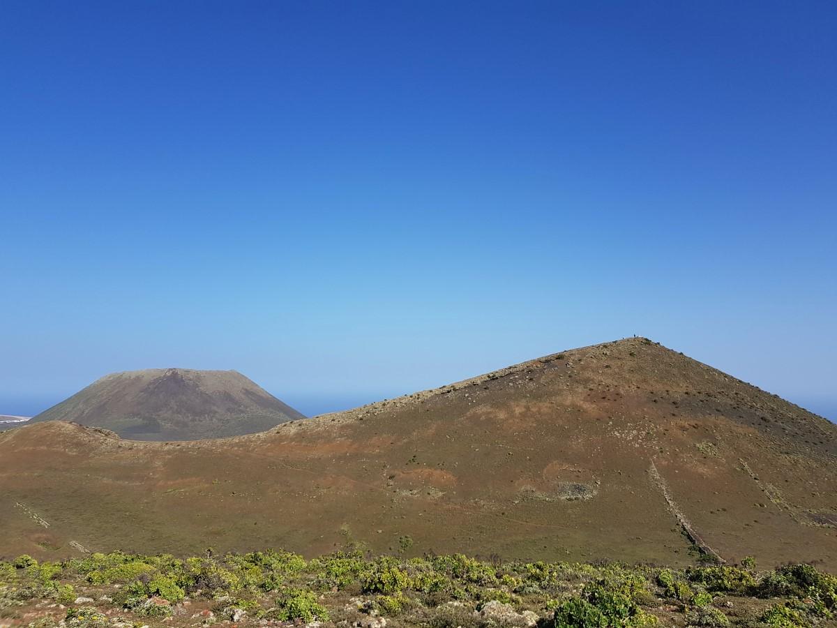 Blick von der La Quemada zum Gipfel des Los Helechos, links hinten der Krater Monte Corona