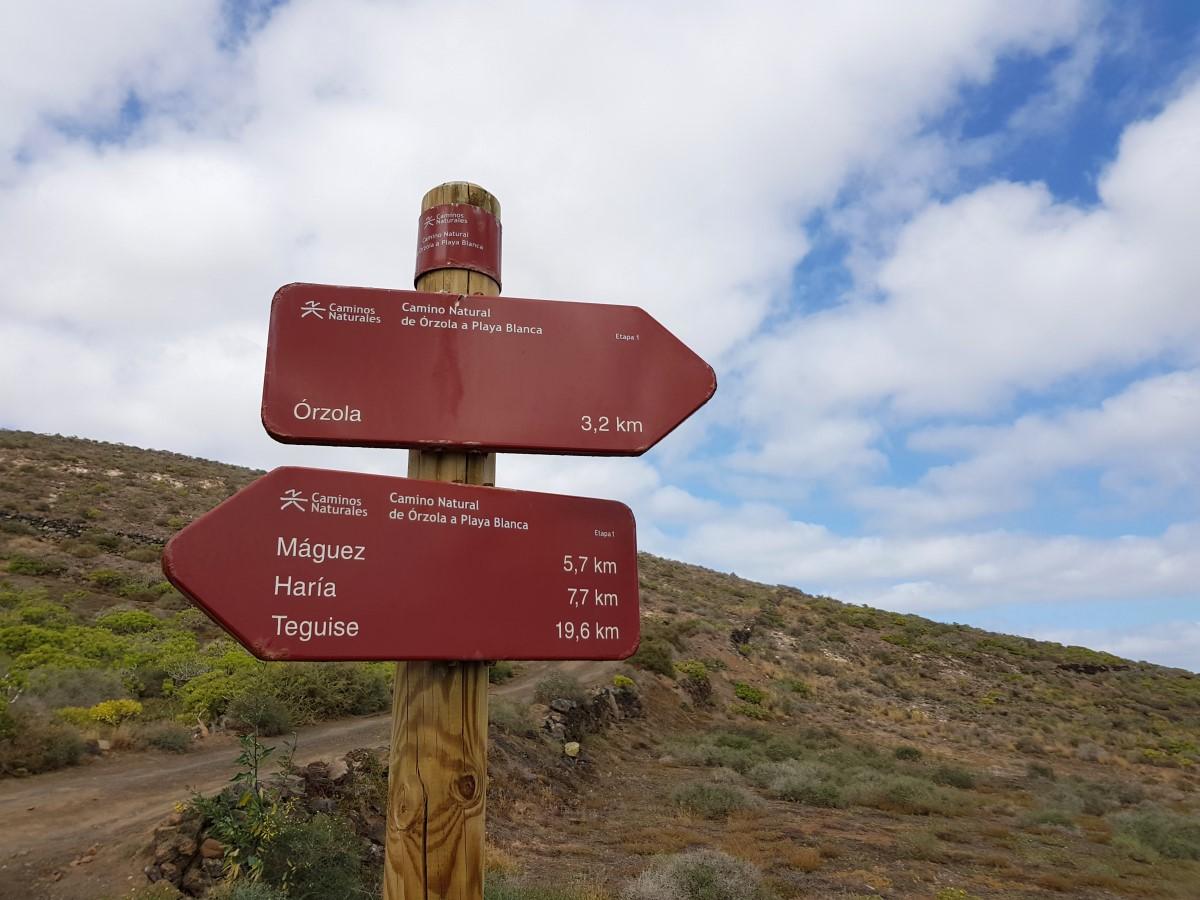 Quemada de Órzola, Ortsbestimmung - einer der wenigen Wegweiser auf Lanzarote