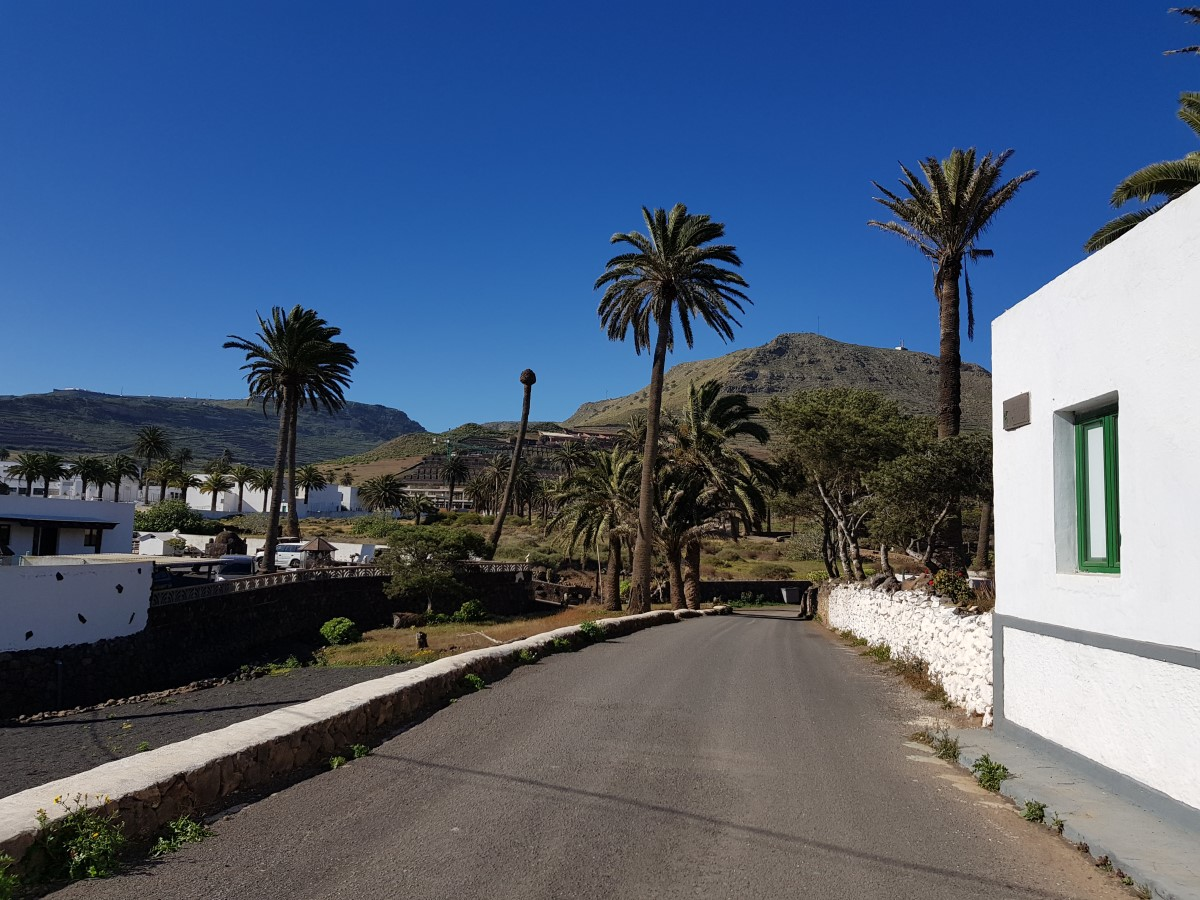 Entlang der Calle Rincón de Aganada in Haría mit Blick zur Montaña Ganada
