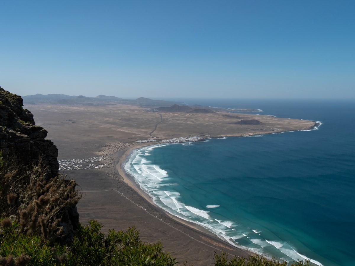 Blick über die Playa de Famara und auf Caleta de Famara