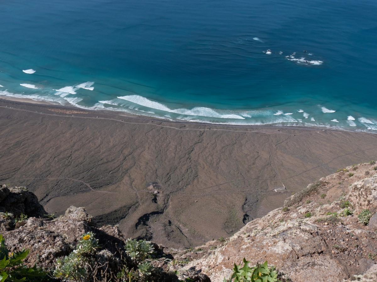 Tief unten der Wanderweg an der Playa de Famara...