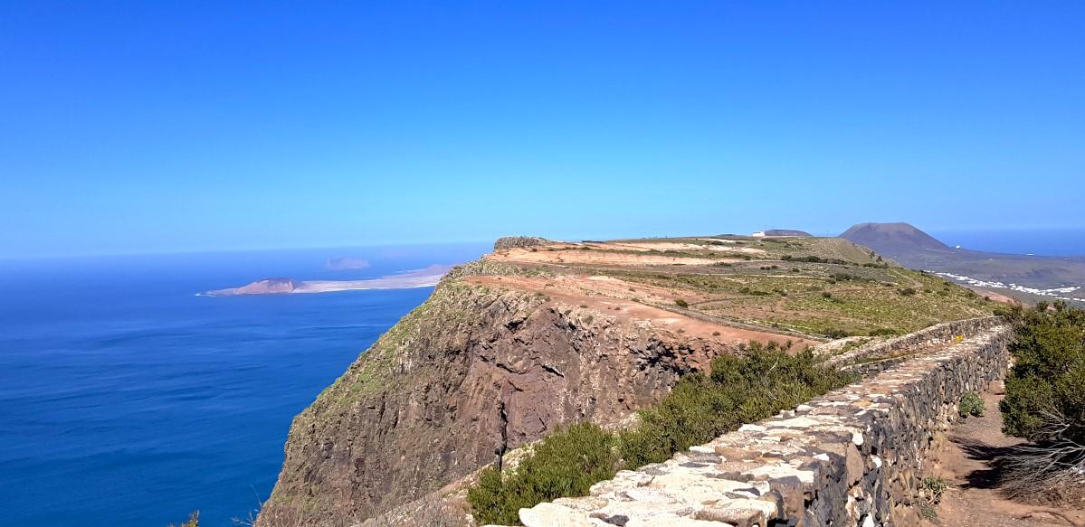 Ein Blick zur Insel La Graciosa und zur Monte Corona