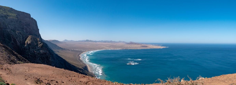 Aussicht vom Mirador Montaña Ganada zur Playa de Famara mit Las Bajas