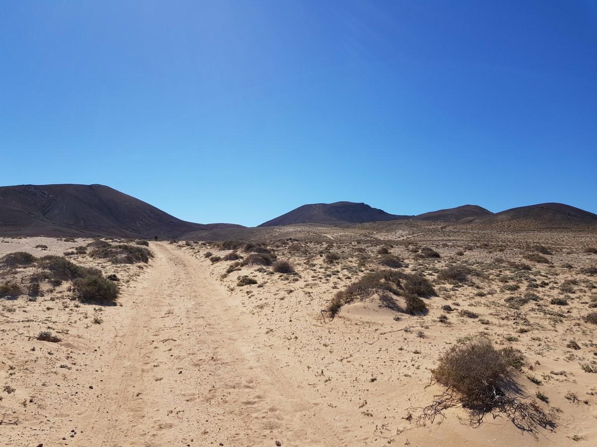 Blick zurück über den Wanderweg zur Montaña Juan del Hierro, zum Vulkan Sóo und der Caldera Trasera
