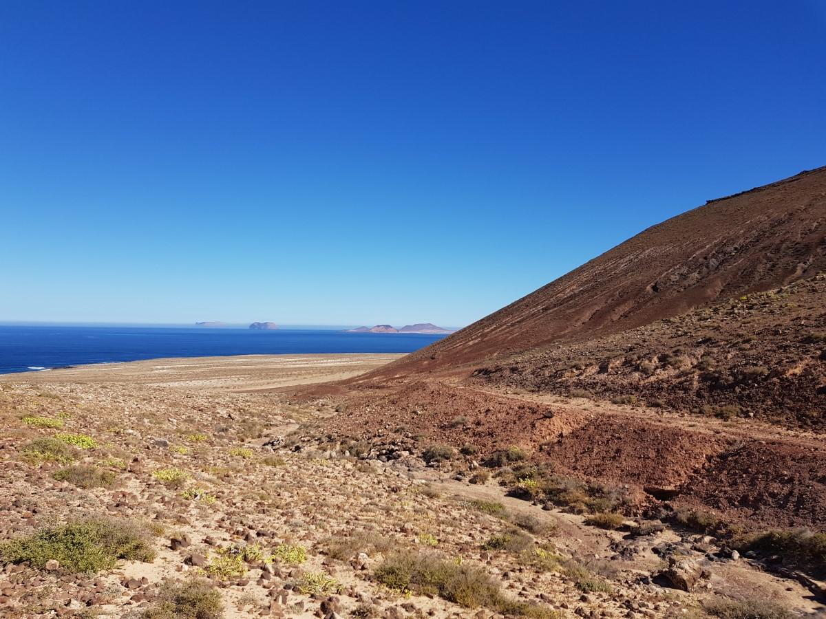 Erste Blicke zur Küste und zu den Inseln La Graciosa, Montaña Clara und Allegranza