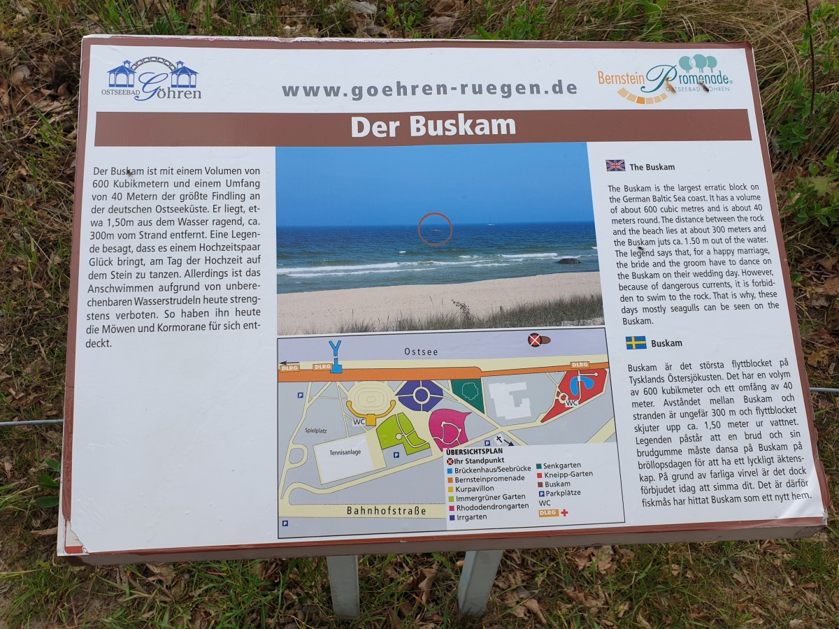 Infotafel an der Bernsteinpromenade zum Buskam, dem größten Findling an der deutschen Ostseeküste