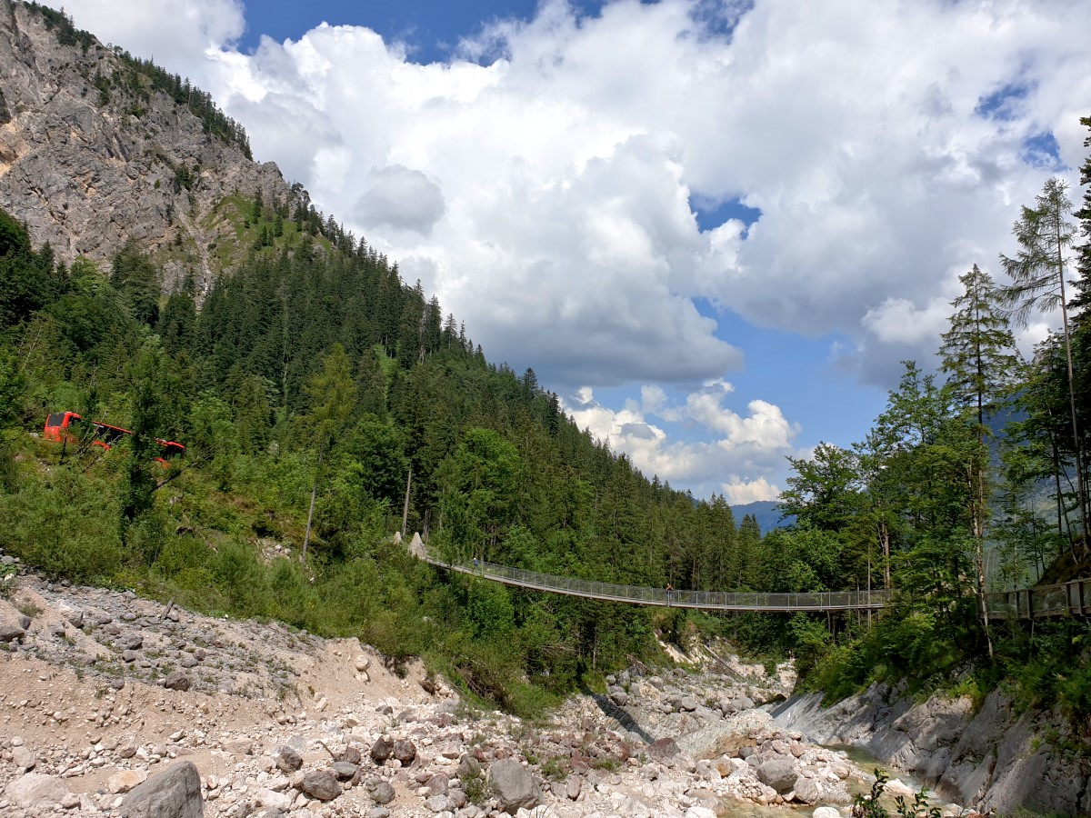 Die Hängebrücke ist bald erreicht, links im Bild der ALM ErlebnisBUS