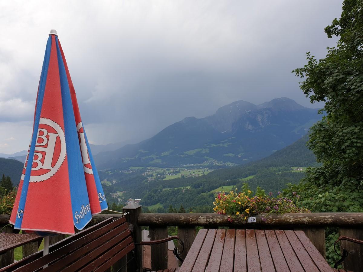 Ein regnerischer Blick von der Berggaststätte Gestreit zum Hohen Göll