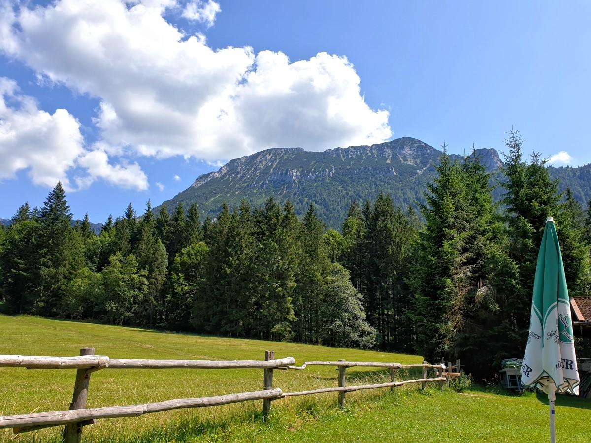 Zurück am Forsthaus Adlgaß mit Blick zum Gamsknogel