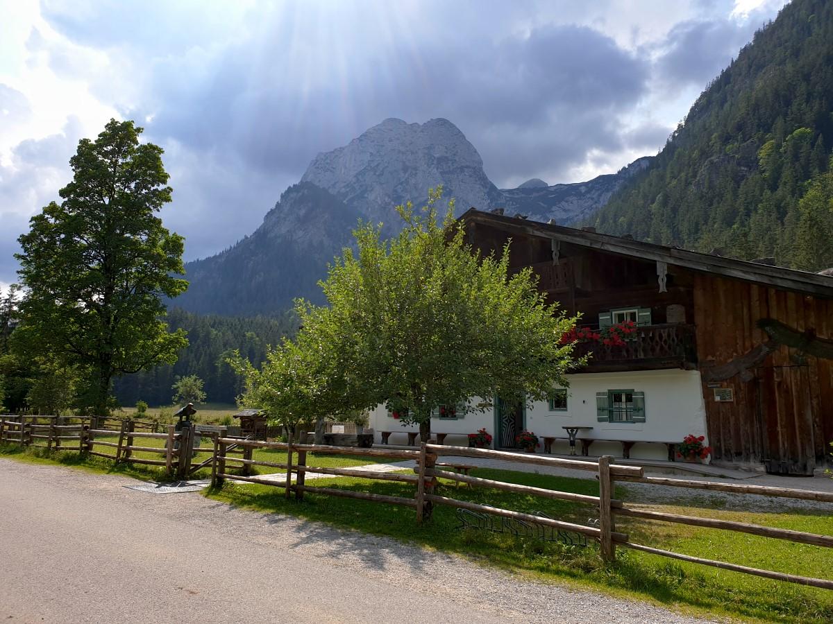 Am Klausbachhaus mit Blick zu den Grundübelhörnern