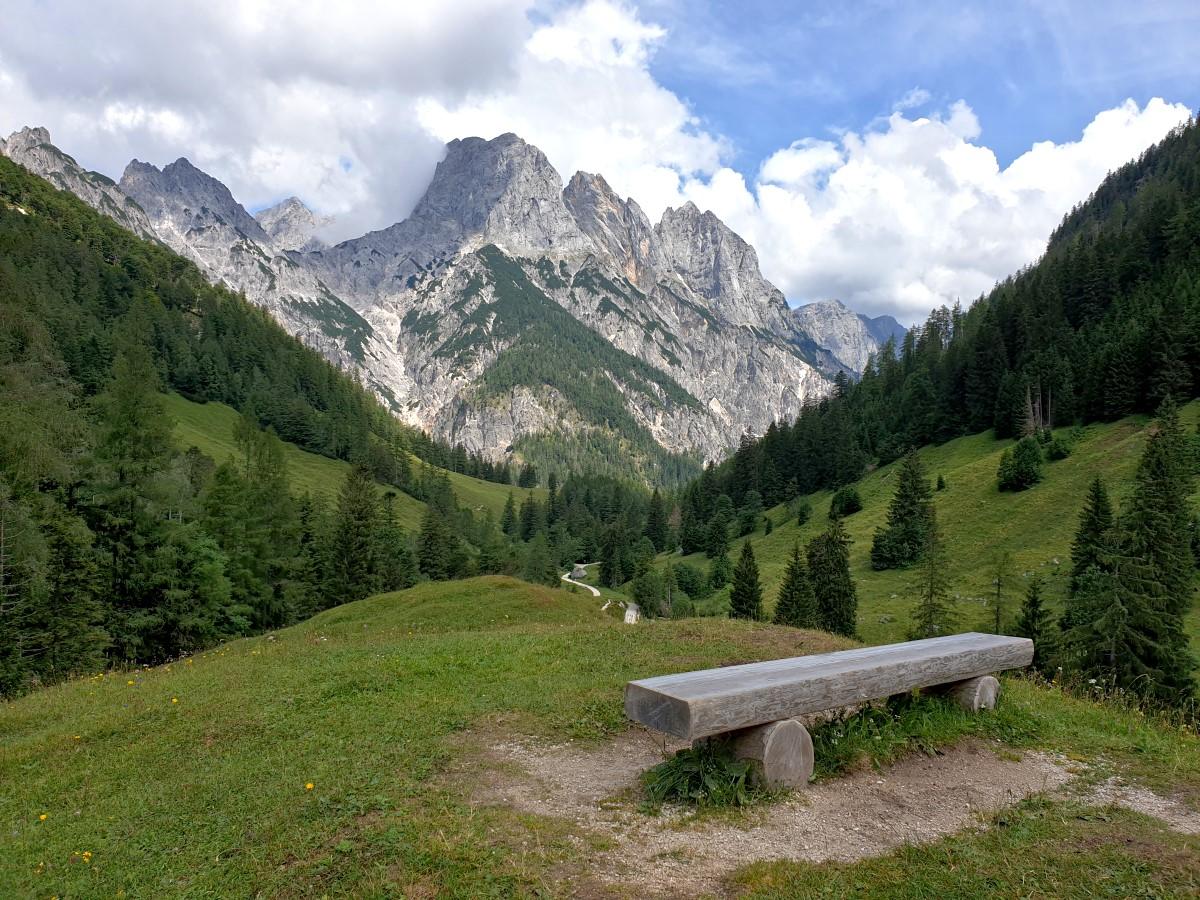 Eine Aussichtsbank an der Bindalm mit Blick zu den Mühlsturzhörnern und auf den Weiterweg durch das Klausbachtal