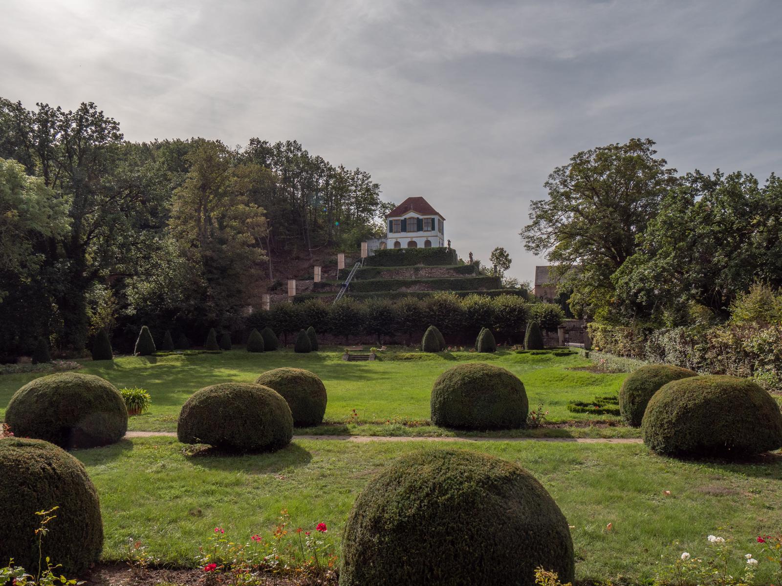 Blick zur Heinrichsburg, links die in Instandsetzung befindliche Monatstreppe