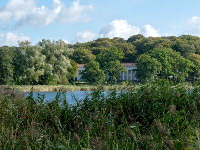 Blick vom Uferweg zum Badehaus Goor