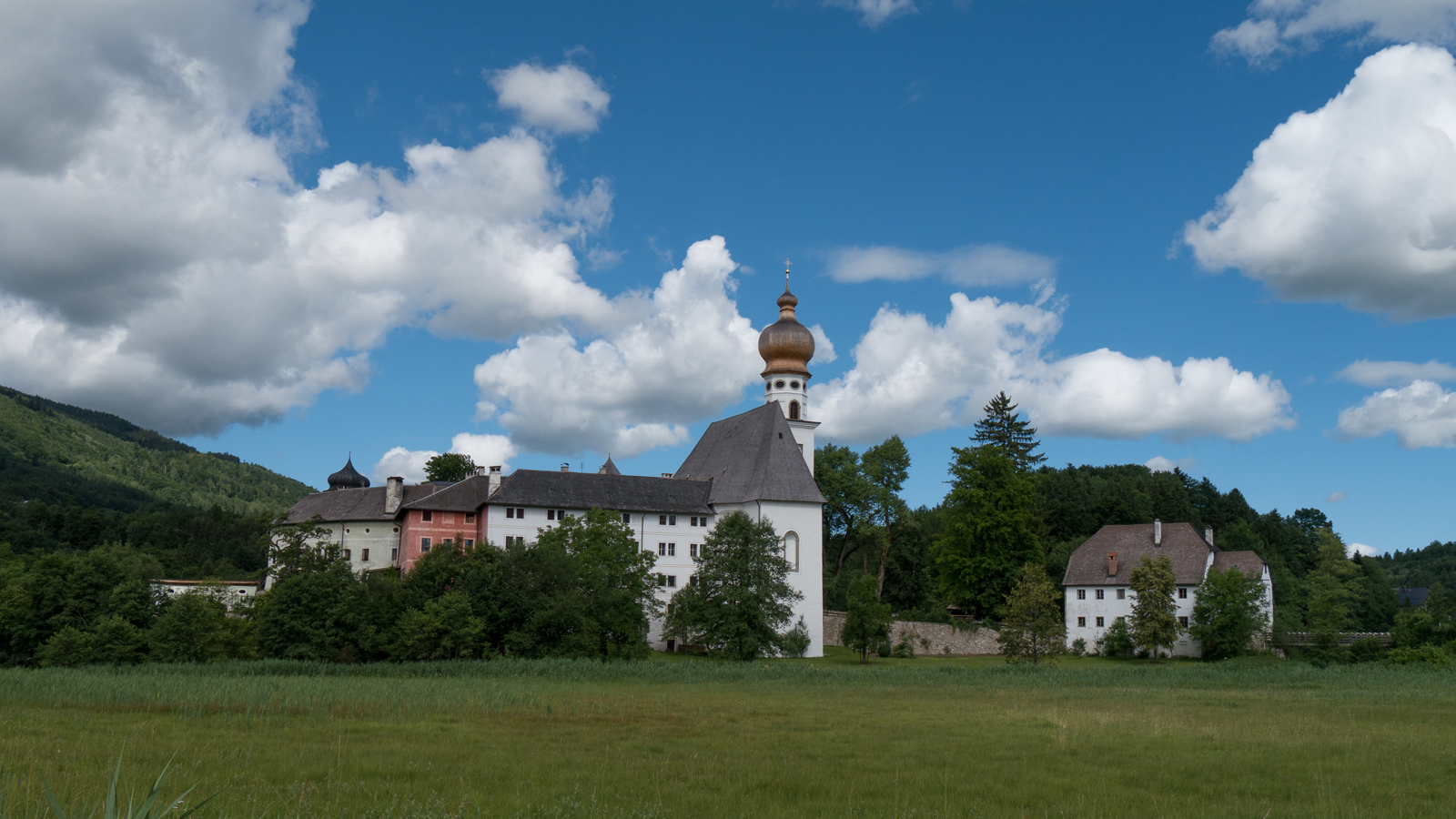 Blick zum Kloster Höglwörth und zum Wieninger Klosterwirt Höglwörth