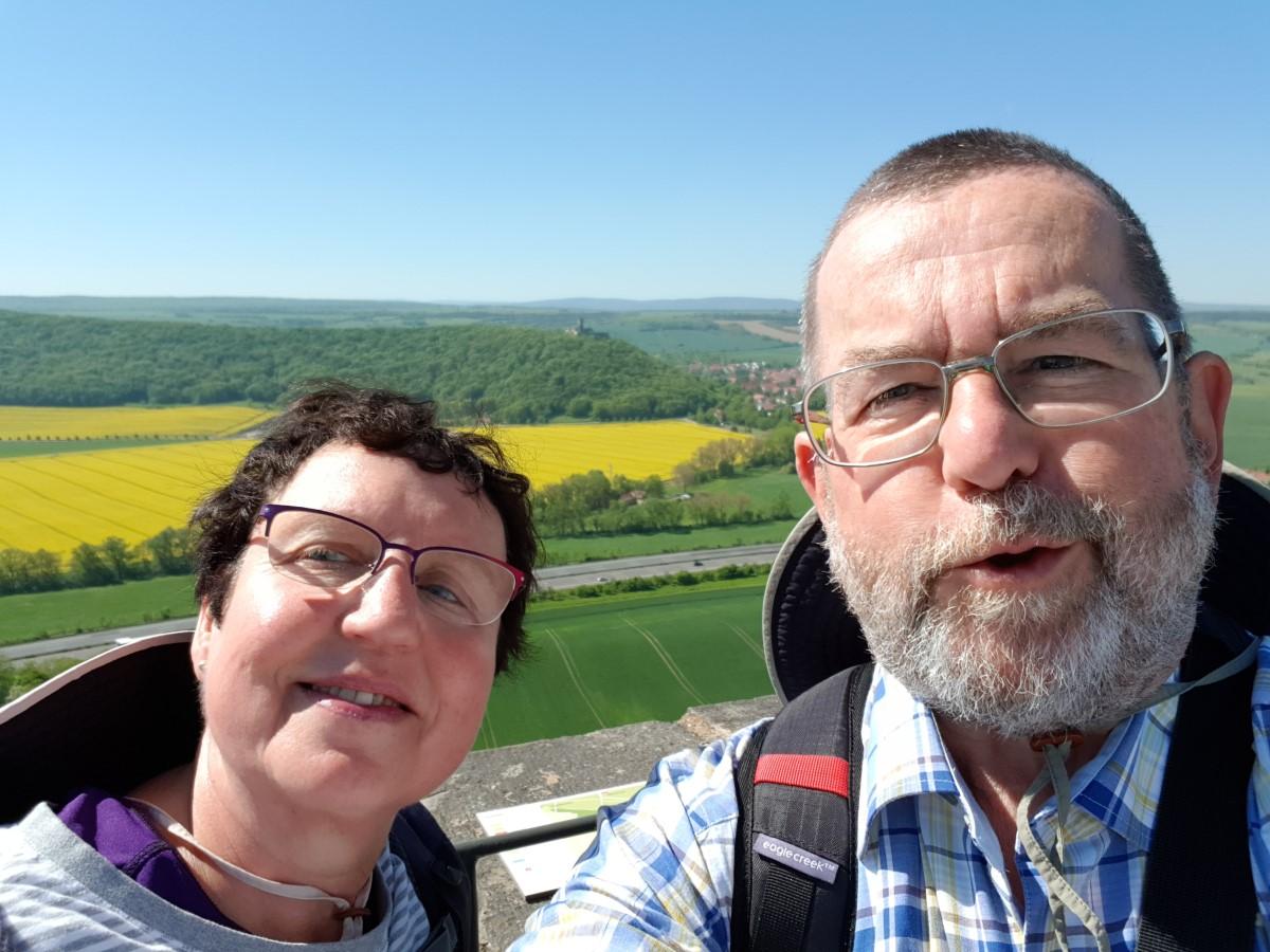 Wir am 8. Mai 2018 auf der Burg Gleichen, im Hintergrund die Mühlburg
