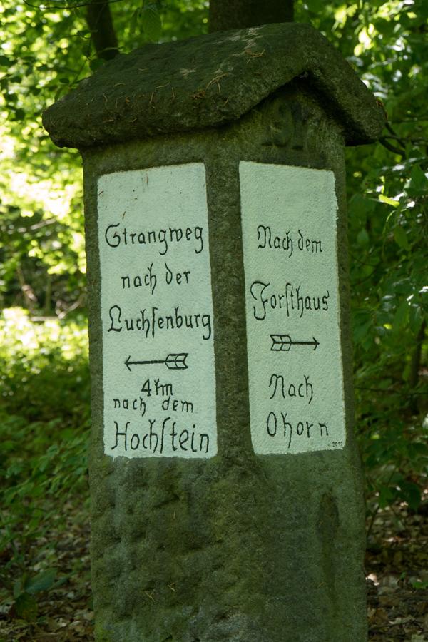 Eine der zahlreichen Wegsäulen des Luchsenburgwaldes