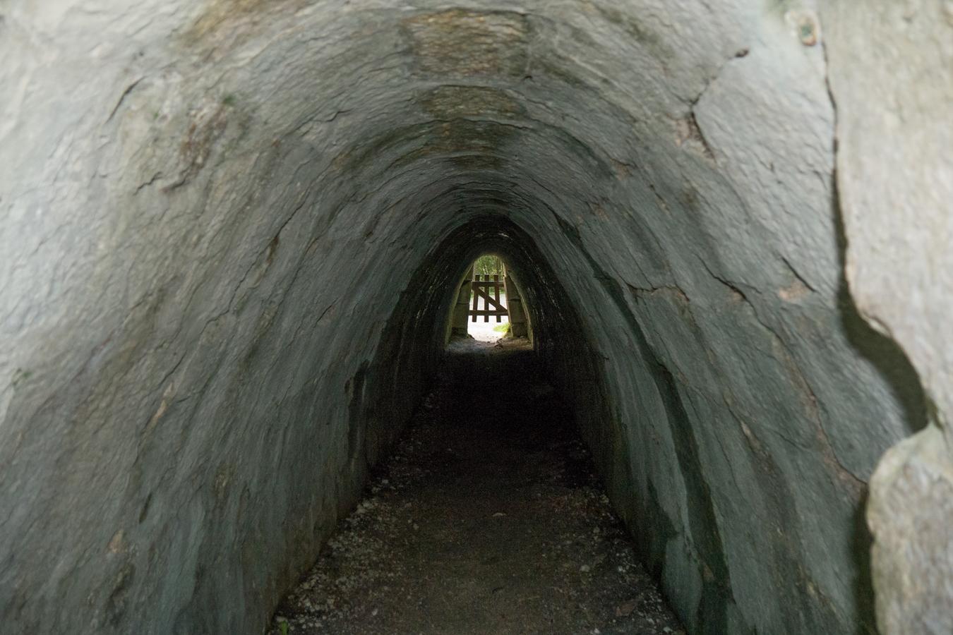 Ein Tunnelblick durch einen alten Stollen