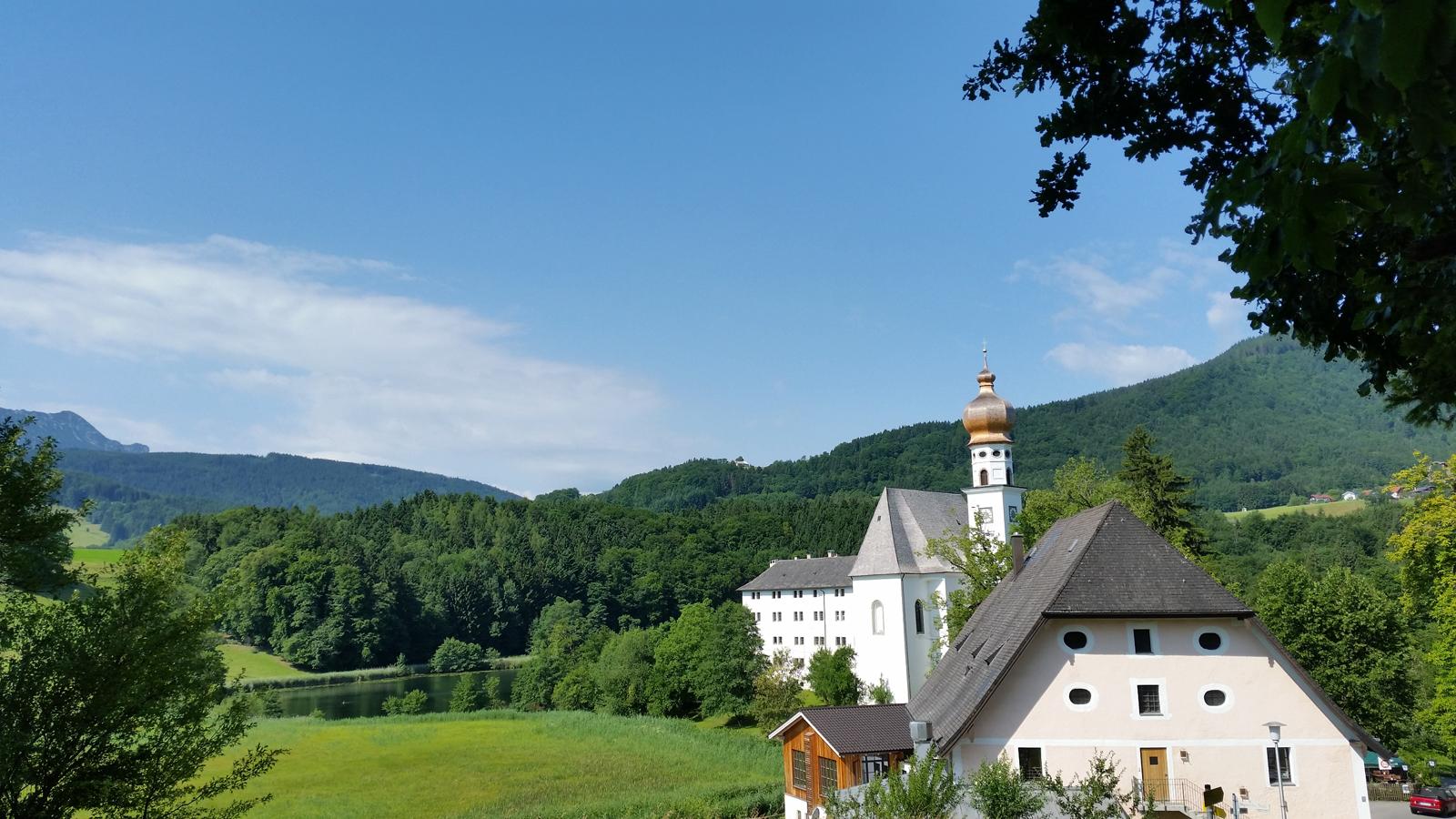 Blick über den Klosterwirt zum Kloster Höglwörth und Höglwörther See