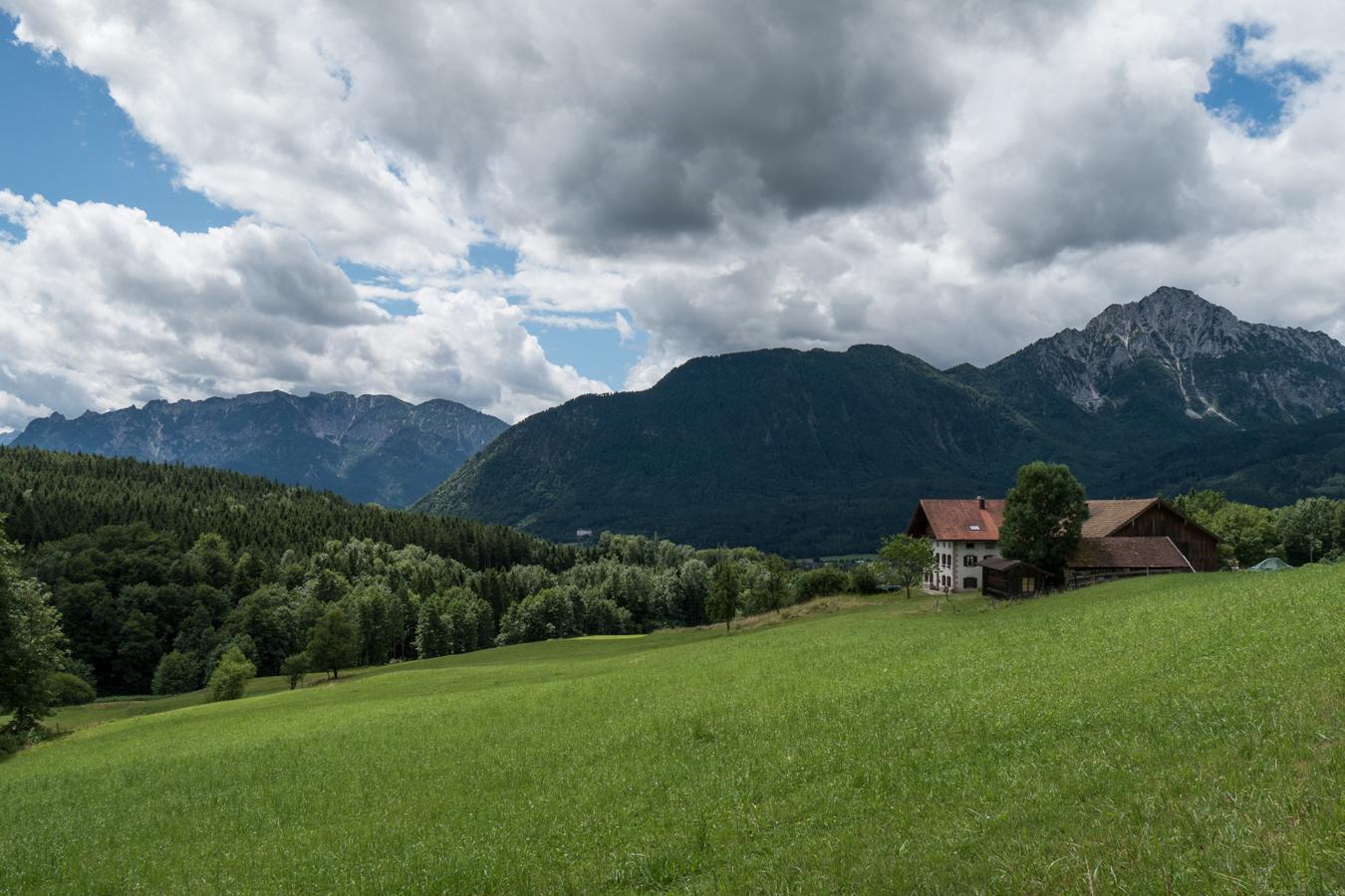 Am Bauernhof Nesselthal mit Blick zum Untersberg, Fuderheuberg und Hochstaufen