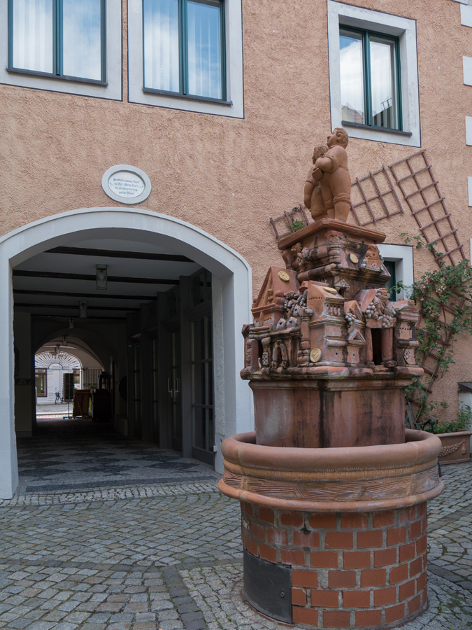 Ein Brunnen im Durchgang zur Lorenzgasse