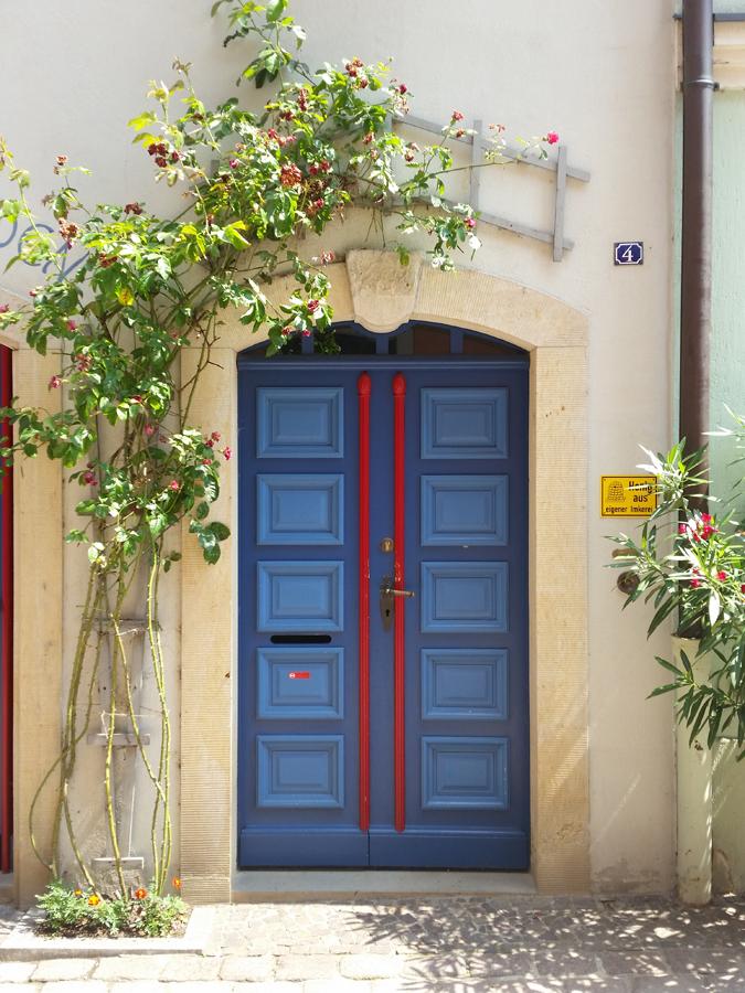 Tür eines Wohnhauses in der Rosengasse