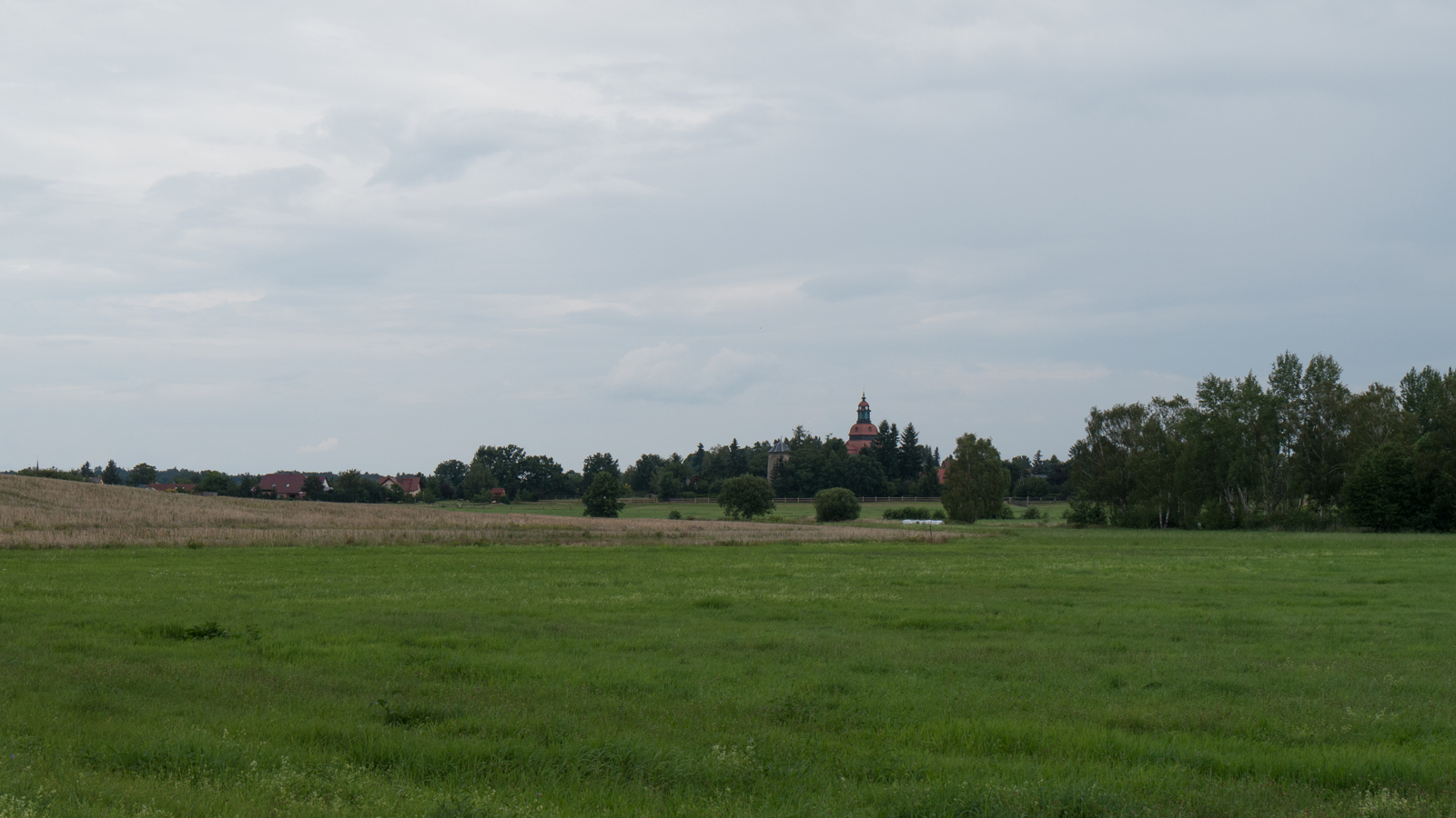 Blick zur Windmühle und Kirche in Moritzburg