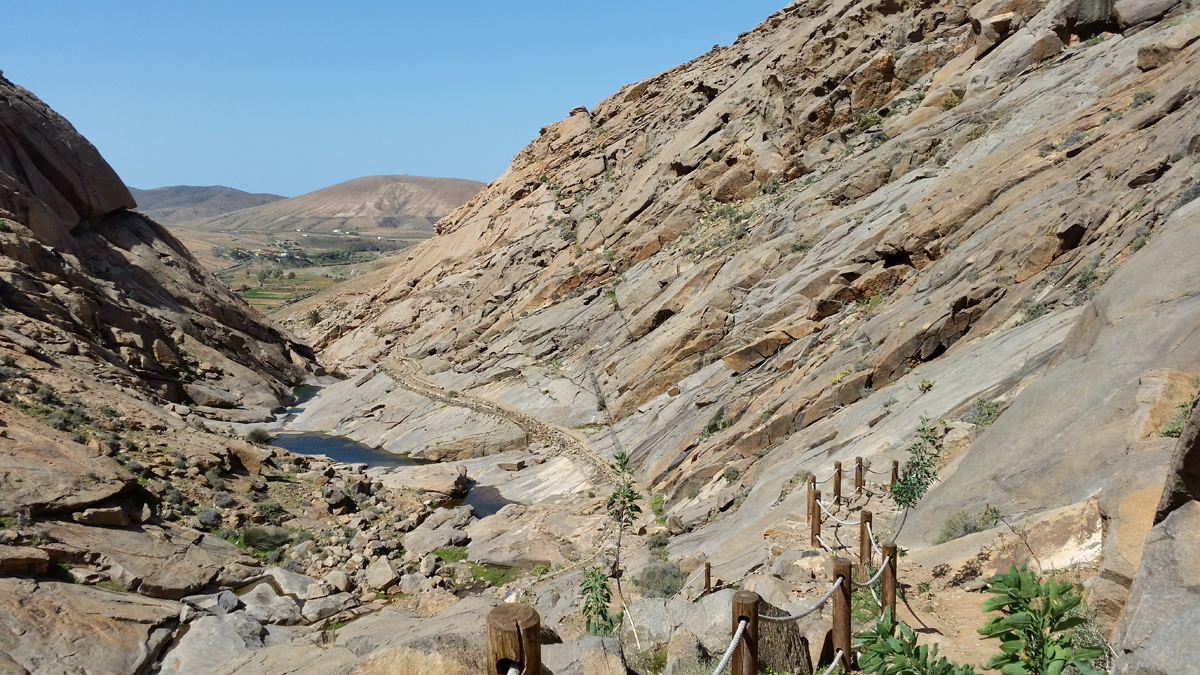Auf gut gesicherten Weg hinab in die Felsenschlucht