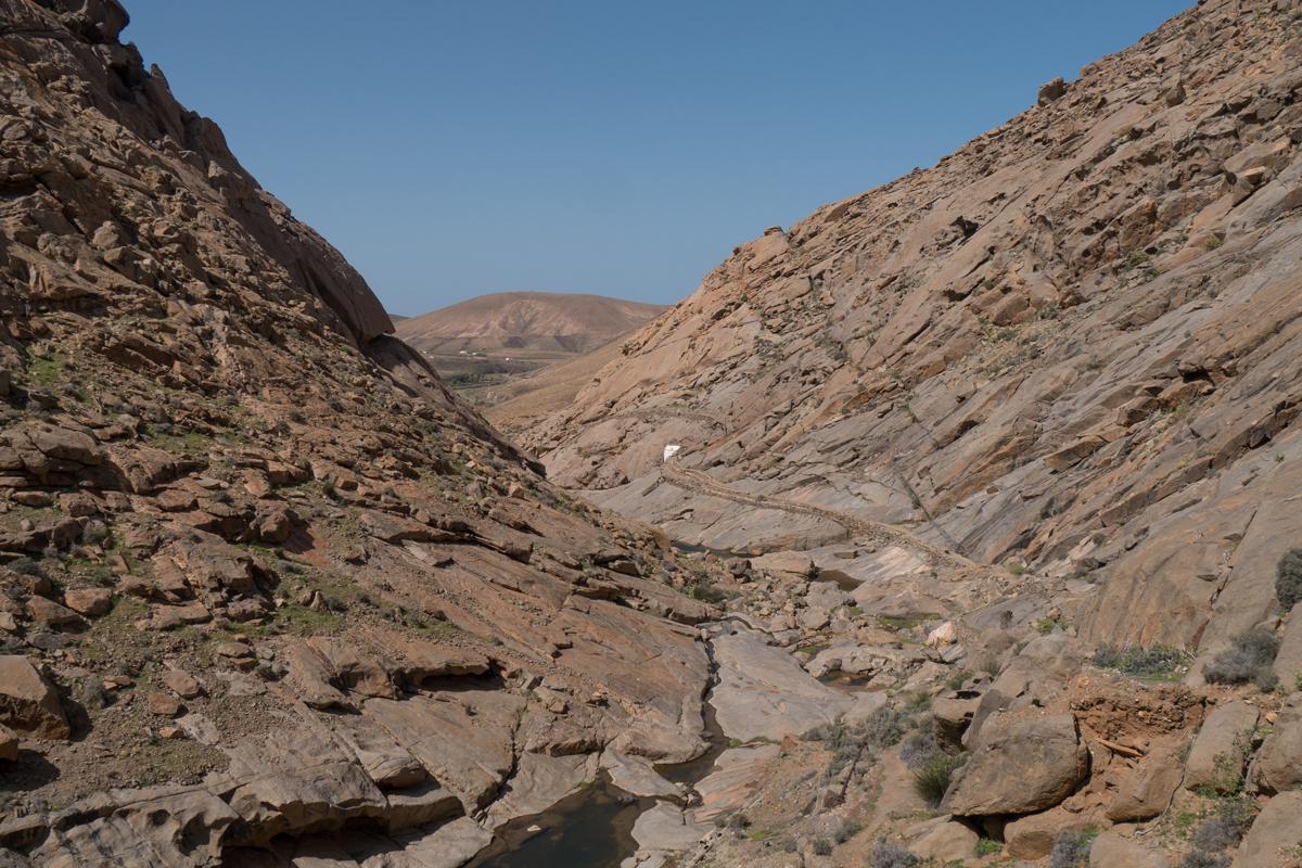 Blick von der Staumauer in den Barranco - rechts am Hang die Ermita de la Peña