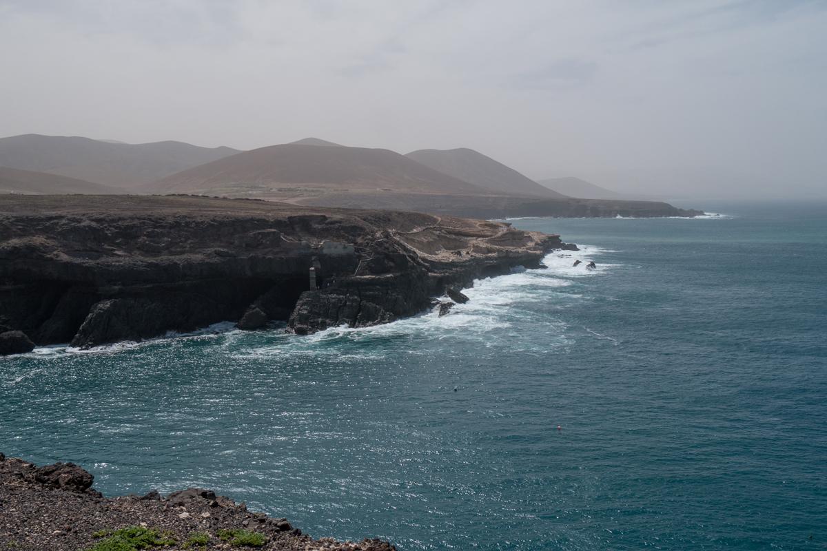 Blick zu den Höhlen vom Küstenweg zur Peña Horadada