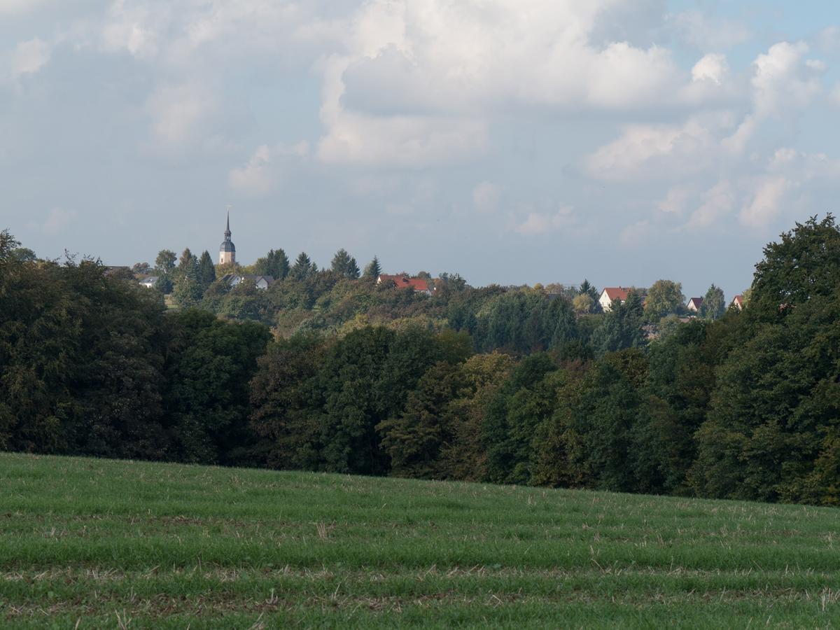 Blick zur Weistropper Kirche