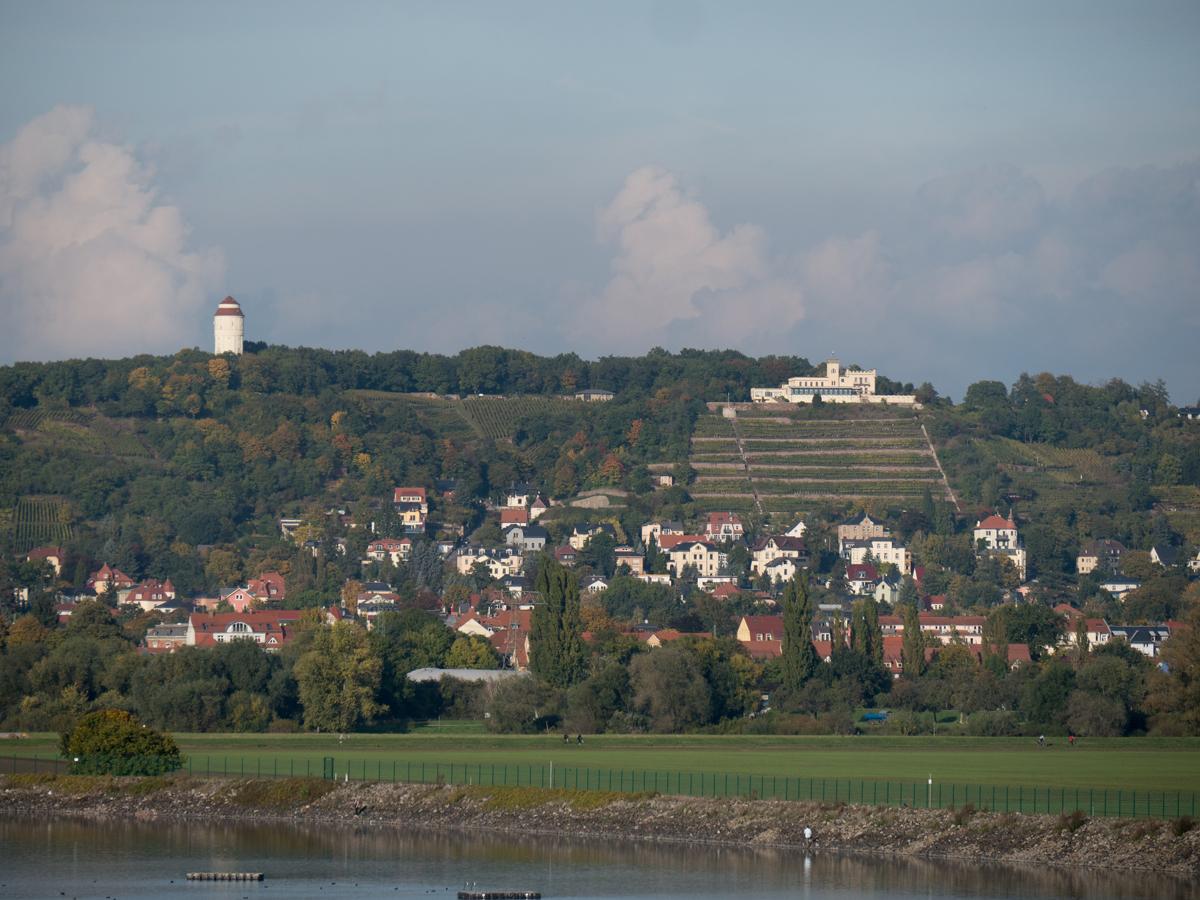 Blick zum Wasserturm und zur Friedensburg in Radebeul