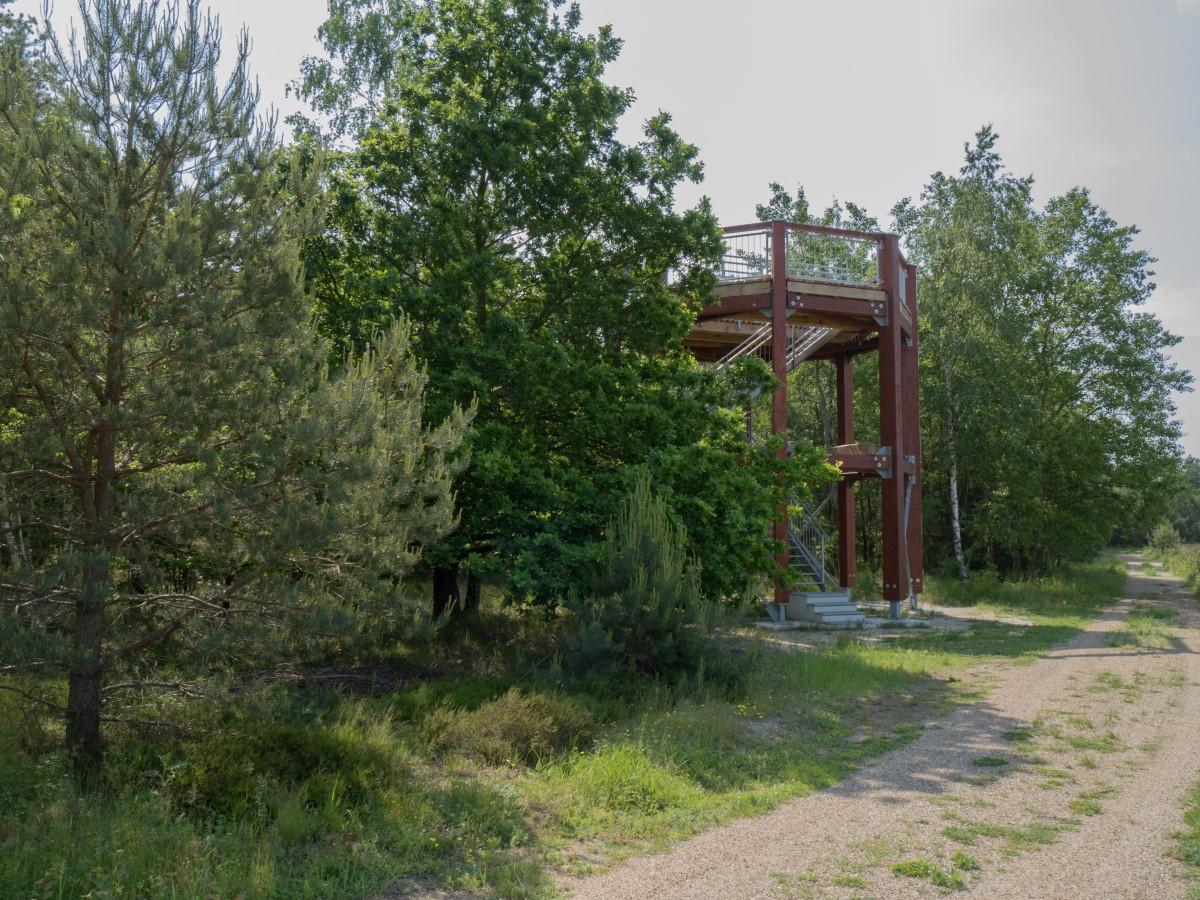 Der Aussichtsturm an der ehemaligen Feldlandebahn
